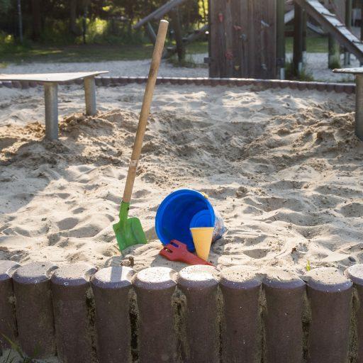 <b>Sandkasten mit Tischen</b>